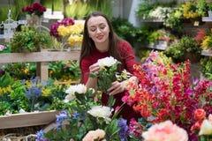 Fiori d'acquisto della bella donna al negozio di fiore Momenti felici delle donne Fotografie Stock Libere da Diritti