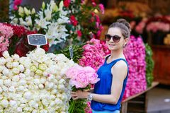 Fiori d'acquisto della bella giovane donna parigina Immagine Stock