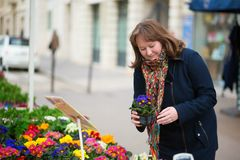 Fiori d'acquisto della donna su un servizio parigino del fiore Fotografia Stock Libera da Diritti