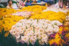Fiori da vendere al mercato tailandese del fiore di notte Fotografia Stock