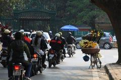 Fiori da vendere sulla via di Hanoi Fotografie Stock