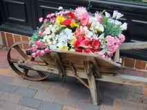 Fiori da vendere in vecchio carretto di legno immagine stock libera da diritti