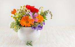 Fiori decorativi in un vaso bianco Fotografia Stock Libera da Diritti