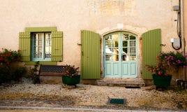 Fiori del banco della finestra della porta della facciata Fotografie Stock
