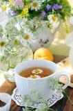 Fiori del campo e tè di camomilla. Fotografia Stock