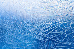 Fiori del ghiaccio sul vetro di finestra congelato modello e linee strutturate Fotografia Stock