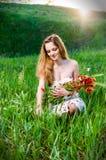 Fiori del papavero di raccolto della giovane donna Fotografia Stock