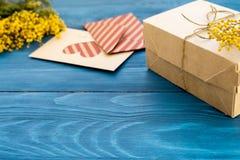 Fiori del regalo di concetto su derisione di legno della tavola su fotografia stock