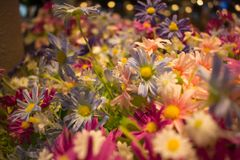Fiori del tessuto e fiori colourful di plastica Immagine Stock Libera da Diritti