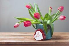 Fiori del tulipano e contenitore di regalo per la celebrazione di festa della Mamma Fotografie Stock Libere da Diritti