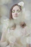 Fiori del whith della ragazza Fotografia Stock Libera da Diritti
