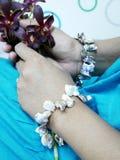Fiori dell'orchidea della tenuta della donna Immagini Stock Libere da Diritti