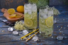 Fiori della bacca di sambuco e bevanda del limone Succo sano di rinfresco di estate Vetro della limonata di sambuco sul bordo rus fotografie stock
