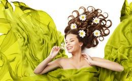 Fiori della donna nei riccioli dei capelli, bellezza Floral Hairstyle di modello fotografie stock