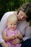 Fiori della holding del bambino e della madre Fotografia Stock