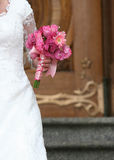 Fiori della holding della sposa fotografie stock libere da diritti
