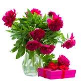 Fiori della peonia in vaso con il contenitore di regalo Fotografie Stock Libere da Diritti