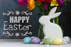 Fiori della primavera con il coniglio e le uova di pasqua fotografia stock