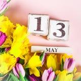 Fiori della primavera e blocchi di legno con la data di giorno delle madri, il 13 maggio, Immagini Stock Libere da Diritti