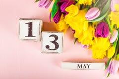 Fiori della primavera e blocchi di legno con la data di giorno delle madri, il 13 maggio, Fotografia Stock Libera da Diritti
