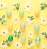 Fiori della primavera ed uova di Pasqua su un fondo giallo Fotografia Stock Libera da Diritti