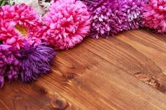 Fiori della primavera su fondo di legno Fotografia Stock Libera da Diritti