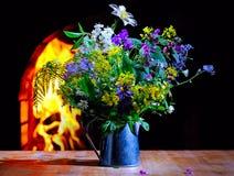 Fiori della primavera sui precedenti del camino Fotografie Stock
