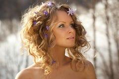 Fiori della sorgente e della ragazza in suoi capelli fotografie stock