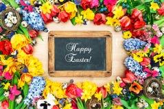 Fiori della sorgente ed uova di Pasqua Lavagna del fondo di feste Fotografia Stock Libera da Diritti
