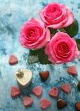 Fiori delle rose e dei cuori della caramella per la festa dei biglietti di S. Valentino Fotografie Stock