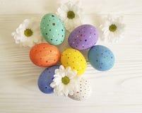 Fiori delle uova di Pasqua su di legno bianco Fotografia Stock Libera da Diritti