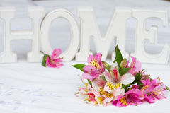 fiori di alstroemeria con il segno domestico Fotografia Stock Libera da Diritti