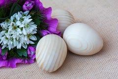 Fiori di bucaneve ed uova di legno Cartolina d'auguri Immagine Stock