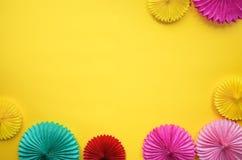 Fiori di carta differenti sulla vista gialla del piano d'appoggio Fondo del partito o festivo stile piano di disposizione Copi lo fotografia stock libera da diritti