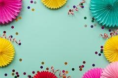 Fiori di carta di struttura su fondo verde Fondo di compleanno, di festa o del partito stile piano di disposizione fotografie stock