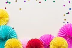 Fiori di carta sulla vista leggera del piano d'appoggio Fondo del partito o festivo stile piano di disposizione Copi lo spazio pe fotografia stock