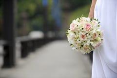 Fiori di cerimonia nuziale della holding della sposa Fotografia Stock Libera da Diritti