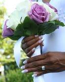 Fiori di cerimonia nuziale e primo piano dell'anello Fotografie Stock Libere da Diritti