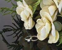 Fiori di cerimonia nuziale ed anelli di cerimonia nuziale Fotografia Stock Libera da Diritti