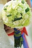 Fiori di cerimonia nuziale nelle mani della sposa Fotografie Stock Libere da Diritti
