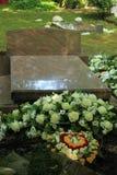 Fiori di compassione su una tomba immagini stock