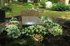 Fiori di compassione su una tomba immagine stock