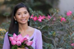 Fiori di loto asiatici della tenuta della donna Fotografia Stock Libera da Diritti