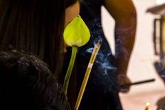 Fiori di Lotus e fumo di incenso per culto immagine stock