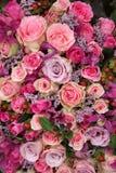 Disposizione porpora e rosa di nozze delle rose Fotografia Stock Libera da Diritti