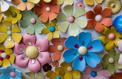 Fiori di plastica di fantasia sulla parete Immagini Stock Libere da Diritti