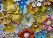 Fiori di plastica di fantasia sulla parete Fotografia Stock Libera da Diritti
