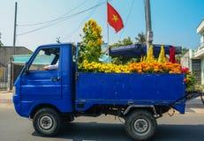 Fiori di trasporto della gente da commercializzare Fotografia Stock