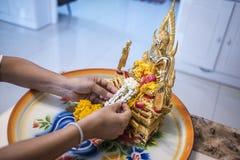 Fiori disposti su un'immagine di Buddha Immagini Stock Libere da Diritti