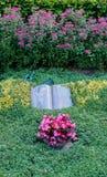 Fiori dopo un funerale in un vecchio cimitero fotografia stock libera da diritti